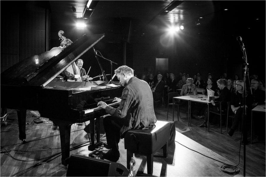 Kristjan Randalu Trio soittamassa jazzia Musiikkitalossa