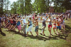 Kuvassa tanssivia ihmisiä Viljandi Folk -festivaalilla