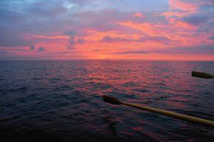 Auringonlaskun värjäämä vaaleanpunainen meri