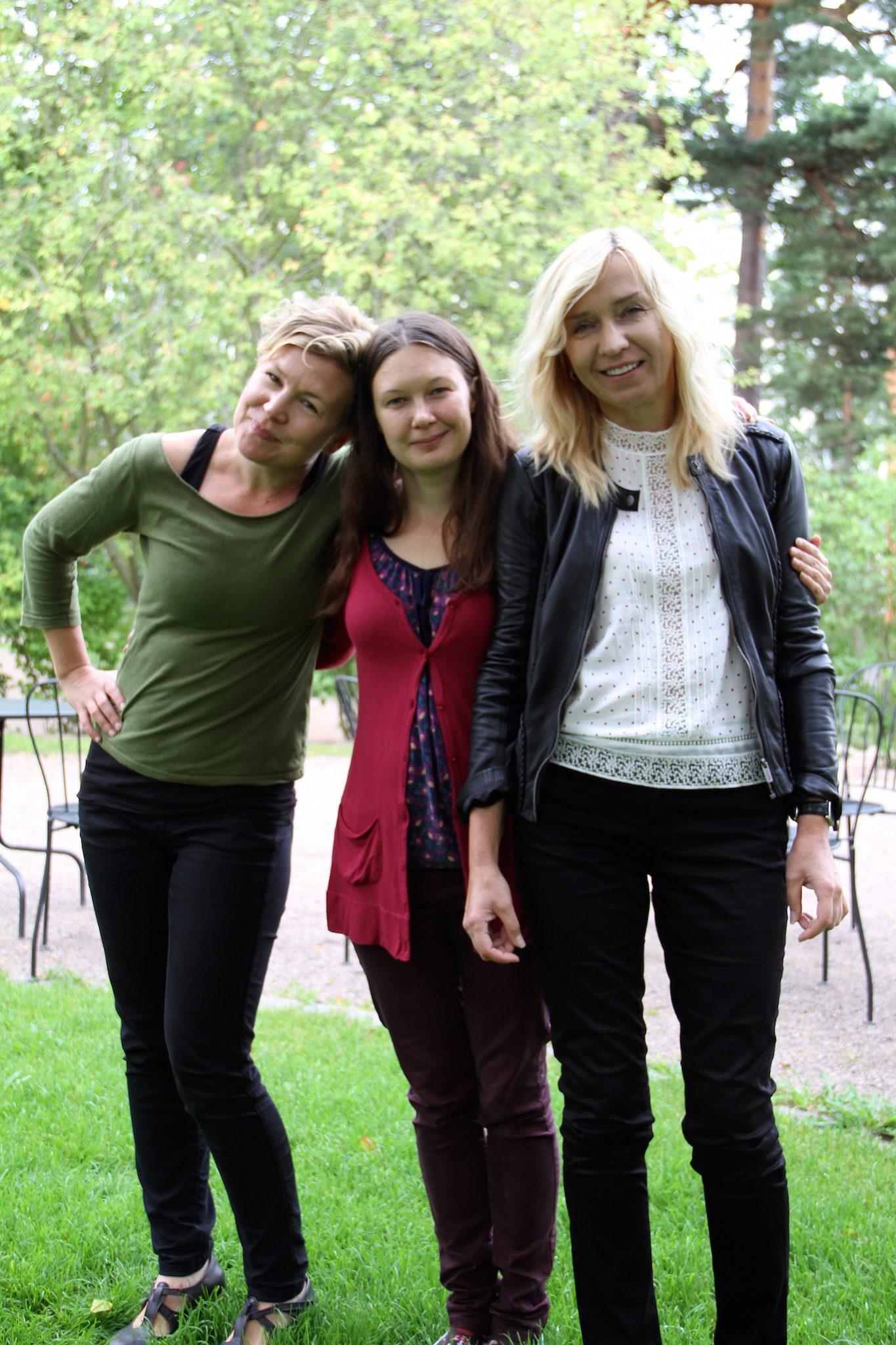 Kääntäjät Varja Arola ja Anniina Ljokkoi ja runoilija Triin Soomets.