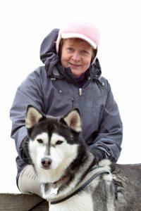 Kuvassa kääntäjä Maija Rantanen ja koira