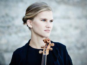 Kuvassa laulaja ja viulunsoittaja Maarja Nuut