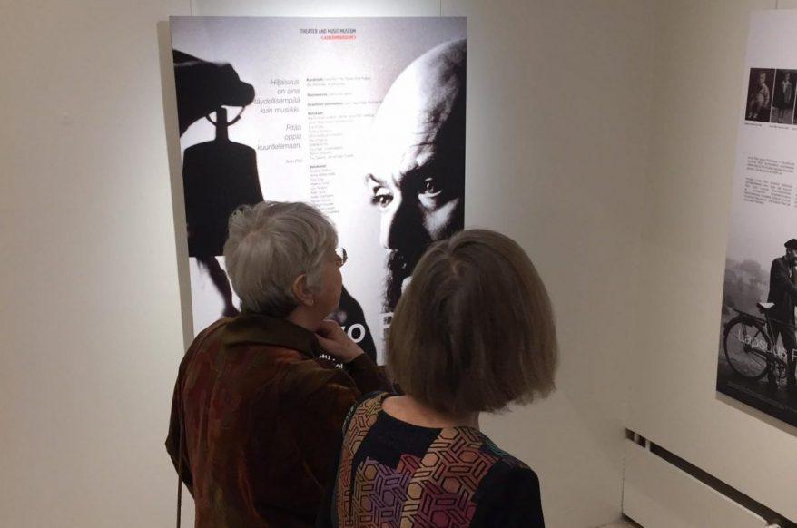 Kaksi henkilöä Arvo Pärt -näyttelyssä Espoossa