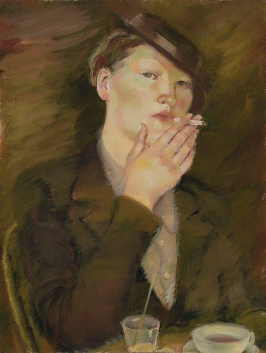 Maalaus, jossa ruskeaan asuun pukeutunut nainen polttaa tupakkaa kahvipöydän ääressä.